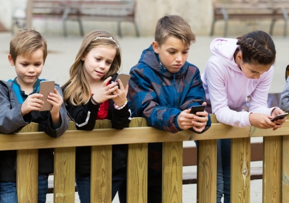 children_absorbed_in_mobile_devices.jpg
