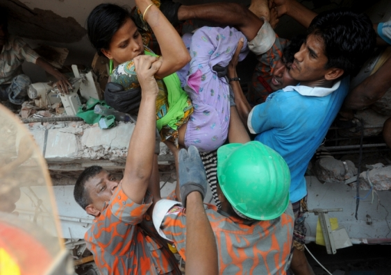 rescuers_help_workers_from_the_rubble_of_rana_plaza