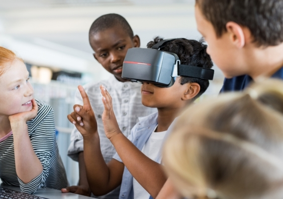 Primary school students using virtual reality