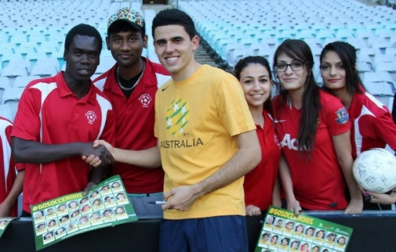 29_mandela_and_football_united_students_with_socceroo.jpg