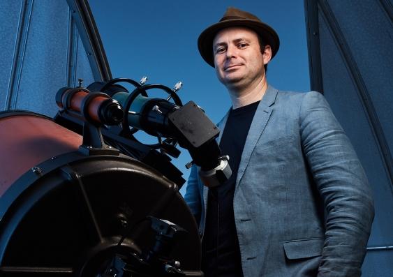 Dr Daniel Cotton med et af universitets C14 teleskoper