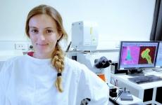 Scientia PhD scholar Maria Lastra Cagigas working in the Cellular and Genetic Medicine Unit laboratory at UNSW